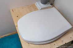 Trockentoilette im Wohnmobil: Campingklo ohne Chemie - Campofant Camping Klo, Floor Chair, Camper, Flooring, Simple, Furniture, Tiny Houses, Home Decor, Mini Caravan