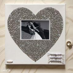 Obrázok z drevených dekoračných srdiečok (veľkosti 6, 8, 10 a 12mm), vhodný ako svadobný dar alebo na inú milú príležitosť.  Srdiečka sú nafarbené na strieborno.  Priestor na nalepenie fotky veľkosti 10x15.