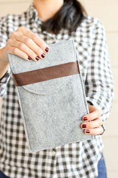 Diy Felt and Leather Tablet Case Porta Notebook, Felt Pouch, Felt Case, Diy Accessoires, Diy Case, Felt Diy, Laptop Sleeves, Sewing Projects, Creations