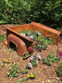 Most Brilliant Garden Junk Repurposed Ideas to Create Artistic Landscaping – BosiDOLOT Garden Junk, Garden Planters, Garden Beds, Rustic Gardens, Outdoor Gardens, Rustic Landscaping, Landscaping Ideas, Verge, Flower Truck