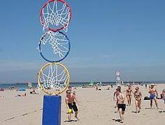 C'est un sport collectif qui se joue à la main opposant deux équipes mixtes de six joueurs. Le jeu consiste à faire passer le ballon ou le frisbee à travers un des trois cercles de couleur placés verticalement à une hauteur totale de 3m.Inspiré du test VMA du Luc-Léger et de différents sports tels que l'ultimate, le Handball, le Basket-ball ou le football américain Location jeu plein air collectif Cardiogoal Lys-lez-Lannoy (59390)