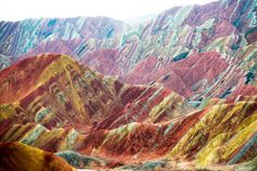 Zhangye Danxian geologinen puisto Pohjois-Kiinassa esittelee uskomatonta väriloistoa. Kasvillisuuden sijasta värit hehkuvat kivien, kallioiden ja hiekkamuodostelmien pinnoissa.