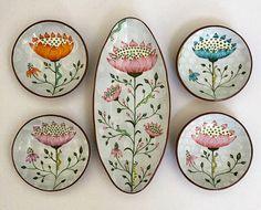 ceramic mugs Donna Gardner Striar ------------------------------------------------------------------------ Pottery Plates, Ceramic Pottery, Pottery Art, Painted Plates, Plates On Wall, Hand Painted Ceramics, Ceramic Clay, Ceramic Plates, Pottery Painting