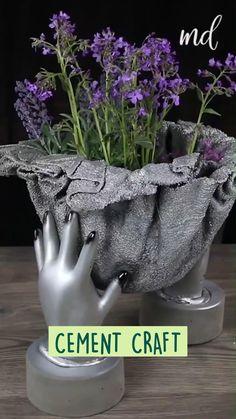 Cement Flower Pots, Diy Concrete Planters, Cement Art, Concrete Crafts, Concrete Garden, Diy Planters, Concrete Art, Concrete Furniture, Urban Furniture