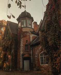 Autumn Aesthetic, Brown Aesthetic, Season Of The Witch, Autumn Cozy, Fall Wallpaper, Best Seasons, Fall Pictures, Fall Halloween, Halloween House