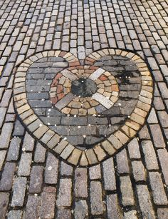 Heart made of stone pavers. The heart is situated in the Scottish city of Edinburgh. Diy Storage Organiser, Flagstone Pavers, Diy Projects Small, Ikea Makeover, Steampunk House, Small House Decorating, Wall Seating, Home Pictures, Abstract Photos