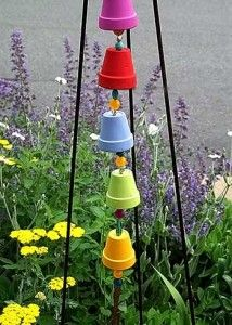 Artesanato no jardim com sino de vento