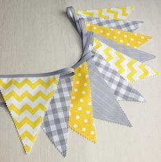 Adorable bannière de fanions double face fait de tissus sympathiques dans des couleurs gris et jaune.  Elle ajoutera la touche finale parfaite à la chambre de votre bébé ou l - 15663891