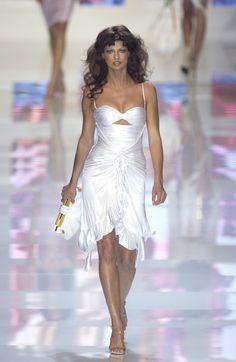 Linda Evangelista in Versace Spring 2004 2010s Fashion, Early 2000s Fashion, Versace Fashion, Versace Dress, Runway Fashion, Fashion Models, High Fashion, Fashion Show, Milan Fashion