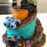Monster truck cake with a cool spiral Oreo dirt track! Check out this video tutorial for how to make a spiral staircase effect that's easier than you think. Race Track Cake, Race Car Cakes, Truck Cakes, 6 Cake, No Bake Cake, Monster Truck Cupcakes, Monster Trucks, Crazy Cakes, Fashion Cakes