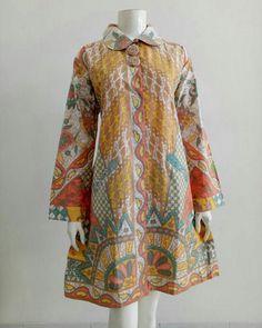 Vestidos tipo japoneses – Artofit Batik Blazer, Blouse Batik, Batik Dress, African Print Dress Designs, African Print Dresses, African Dress, Pakistani Fashion Casual, Pakistani Dresses Casual, Kurti Designs Party Wear
