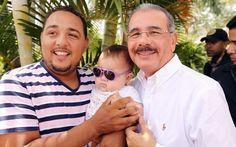 """En la foto, el presidente Danilo Medina posa con uno de los productores agrícolas de Sabaneta, en San José de las Matas, durante un encuentro enmarcado dentro de las denominadas """"visitas sorpresas""""."""