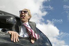 Heureux Homme d'affaires de voyage restant fenêtre de la voiture photo libre de droits