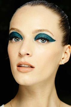 Runway Beauty: Two-toned Cat Eye at Atelier Versace Fall 2014 Couture Yellow Eye Makeup, Cat Eye Makeup, Makeup For Green Eyes, Atelier Versace, Makeup Looks 2015, Vanity Fair, Egypt Makeup, Egyptian Fashion, Green Eyeliner