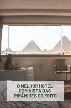 Procurando o melhor hotel com vista das pirâmides do Egito? Nesse post eu vou te mostrar que é possível se hospedar bem pertinho das famosas pirâmides de Giza e acordar com esse cenário bem na sua janela.  #egito #egypt #pirâmidesdoegito #viagem #pirâmides #hotelemcairo Windows, Pyramids Egypt, Travel Tips, Window, Ramen