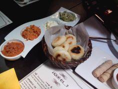 Degustación de arepitas con carne mechada, cazón, nata y reina pepiada, acompañado con unos tequeños #foodporn #maizbistrovalencia