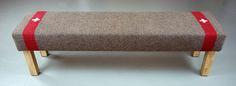 DIE SCHWEIZER BANK SLIM: Frank Ulferts und Bobby Peeff haben auch eine Sitzbank aus den Schweizer Armeedecken entworfen. Unsere Möbel werden in einer limitierten Stückzahl in München hergestellt.   Maße: Länge: 140 cm (frei wählbar bis 200 cm); Breite: 41 cm; Höhe: 48 cm Material: Holz, Schaumstoff, Wolldecke. Swiss Army Blanket