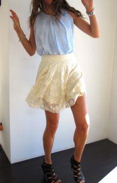 Top de seda azul cielo con falda de encaje beige. www.ch2online.com