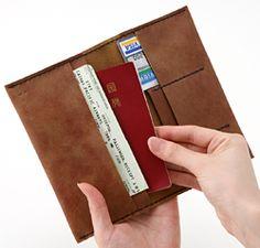 旅行や外出で大活躍の通帳&パスポートケース。スタイルストア専属のバイヤーが、6つのこだわりの選定基準で選んだ「Semicolon by KAKURA/通帳&パスポートケース アンティークブラウン」の通信販売ができる紹介ページです。