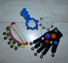 je maakt thuis met verschillende materialen instrumenten. Je steekt ze in een zak of doos. de kinderen kunnen muziek maken.
