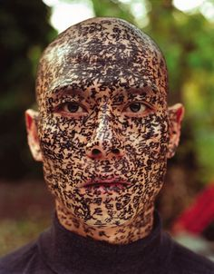 "In ""Family Tree"", a performance piece by Chinese artist Zhang Huan, calligraphers wrote different words on his face until it was completely covered. Chinese Contemporary Art, Chinese Art, Contemporary Artists, Beautiful Dark Art, Jasper Johns, Bizarre, Ap Art, Artistic Photography, Asian Photography"