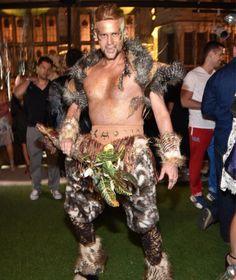 Auch die Männerwelt warf sich in Schale: Ein Gast im Dschungel-Fantasiekostüm