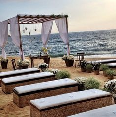 Dicas Casamentos no Litoral Norte - CADEIRAS OU BANCOS DE MADEIRA.   A cerimônia pode acontecer na areia mesmo, com o mar ao fundo. Fica um espetáculo nas fotos.  Os convidados, podem ficar acomodados em cadeiras ou bancos de madeira. Neste caso, podem colocar umas almofadas nos acentos para deixar mais confortável.
