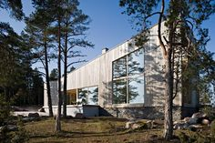 Villa O is situated in the Inkoo archipelago on the south coast of Finland. The site lies on the tip of a rocky promontory. The Villa O is peaking out towards the sea through the pine trees. The desi…