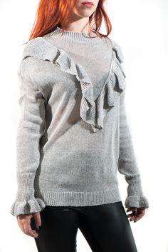 Jersey de punto muy ligero con volantitos en la parte delantera y en los puños. Es perfecto para un look diario con unos jeans o pantalones de pinzas.