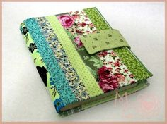 capa de agenda de retalho de tecidos Diy Notebook, Notebook Covers, Journal Covers, Diy Sewing Projects, Sewing Crafts, Fabric Book Covers, Bible Covers, Fabric Journals, Patch Quilt