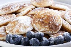 Dutch mini pancakes, or poffertjes, and fresh blueberries sprinkled with powdered sugar. Slow Food, Breakfast Wraps, Breakfast Recipes, Poffertjes, Pancake Bites, Vegan Recipes, Cooking Recipes, Eat Happy, Pancakes And Waffles