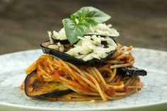 spaghetti integrale alla Norma Vegetarian Dinners, Pasta, Spaghetti, Ethnic Recipes, Food, Vegan Dinners, Vegetarian Dinner Parties, Essen, Meals