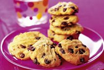 Slimming World Chewy choc-chip cookies. Makes 4 syns per cookie Slimming World Deserts, Slimming World Puddings, Slimming World Diet, Slimming Eats, Slimming World Recipes, Dark Chocolate Chip Cookies Recipe, Slimmimg World, Healthy Treats, Healthy Eating