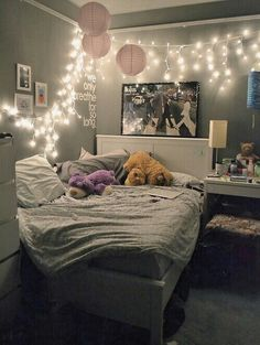 Imagen vía We Heart It #balloons #bed #bedroom #grunge #lights #love #rooms #thebeatles #tumblr #tumblrroom