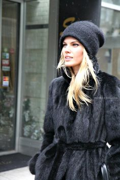 Stylish Winter Hats for Women. Winters are absolutely that time of the year that gives you the space to be as fashionable as you possibly can, and, in turn, winter fashion turns out to be downright sophisticated and the chicest. Fur Fashion, Fashion Week, Look Fashion, Fashion Beauty, Womens Fashion, Daily Fashion, Fur Coat Outfit, Looks Black, Winter Looks