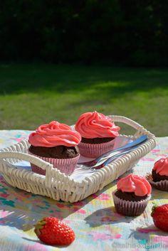 Schoko-Cupcakes mit rosa Frischkäsefrosting - katha-kocht!