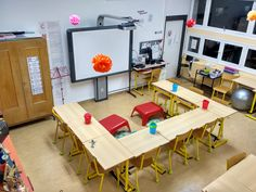 #classeflexible #flexibleseating #aménagementclasse #aménagementespace #semiflexible - La salle de classe version 2018/2019 – Tablettes & Pirouettes Classroom Management Techniques, 2nd Grade Classroom, Classroom Organization, Teaching English, Corner Desk, Flexibility, Education, Organiser, Cycle 2