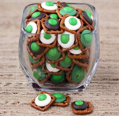 Click Pic for 50 St Patricks Day Food Ideas - Quick and Easy Chocolate Pretzel Bites Fete Saint Patrick, St Patrick Day Treats, St Patricks Day Food, Green Eggs And Ham, St Paddys Day, Holiday Treats, Holiday Foods, Holiday Fun, Holiday Recipes