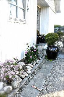 Stylowi.pl - Odkrywaj, kolekcjonuj, kupuj Door Crafts, Gravel Patio, Small Courtyards, Colorado Homes, Garden Doors, Outdoor Spaces, Outdoor Decor, Garden Cottage, Herb Garden