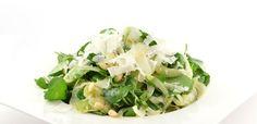 Deze venkelsalade met waterkers en pijnboompitten is absoluut geen standaard salade. Deze venkelsalade is lekker door de pijnboompitten en parmezaanse kaas.