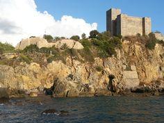 Ad oggi la #Rocca #aldobrandesca di #Talamone presenta una sezione rettangolare, con quattro torri che si innalzano agli angoli; tre di queste presentano un aspetto molto simile, mentre la torre nord risulta più alta e massiccia rispetto alle altre. Nell'insieme, le pareti della rocca risultano rivestite in pietra.  Attorno alla rocca una serie di cortine murarie, facenti parte del circuito delle Mura di Talamone, circondano l'area sui lati che si affacciano verso il mare.