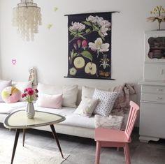 wohnzimmer wandgestaltung pink romantisch rosa vintage couch grau ...