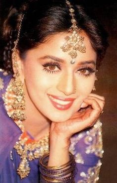 Madhuri Dixit in Hum Aapke Hain Kaun Bollywood Actors, Bollywood Celebrities, Bollywood Fashion, Bollywood Style, Indian Makeup, Indian Beauty, Pakistani Outfits, Indian Outfits, Formal Makeup