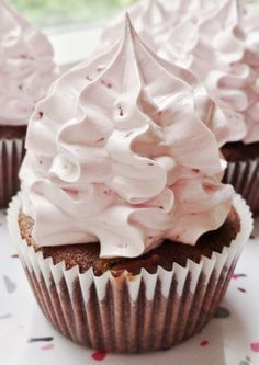 Jeg er fuldstændig vild med de her kager! Kagen består af den lækreste chokolademuffin, toppet med fløjlsblød hindbær flødebolleskum! Og som om det ikke skulle være nok, så er de dyppet i mørk chok…