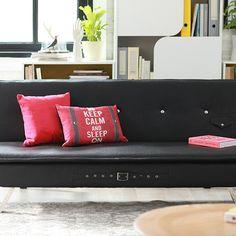 Un buen #complemento para tu espacio de #trabajo es un #futón que puedes usar como #cama cuando lo necesites. #Escritorios #HomeAndOffice  #Negro #Sofacama