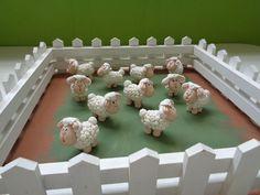 Jesus o Bom Pastor que dá sua vida pelas ovelhas. Curral feito de madeira e ovelhas feitas de biscuit.
