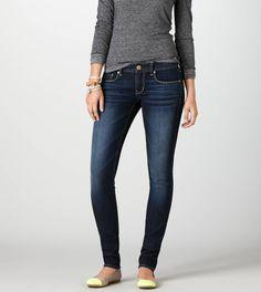 Estos jeans son jeans azules. Puedo llevar los jeans con un suéter y zapatos a la centro commercial. Puedo comprar los jeans en American Eagle. Quiero los jeans mucho.