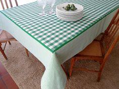 IMPORTANTE!!!  Para esse modelo de toalha, tenho só o tecido xadrez preto e branco.  Dê boas vindas aos seus convidados com estilo!  Essa Toalha de mesa personalizada pode ser uma peça maravilhosa no seu almoço, jantar, lanche, piquenique ou churrasco. Ótimo item para casa de campo, praia ou para...