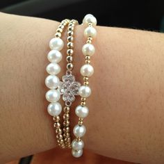 Every shoe-lover should possess this bracelet. The bracelet has to do with 7 inches in length and 5 shoe charms hang from the oval links of bracelet. Bead Jewellery, Wire Jewelry, Bridal Jewelry, Jewelry Crafts, Beaded Jewelry, Jewelry Bracelets, Handmade Bracelets, Handcrafted Jewelry, Jewelry Accessories