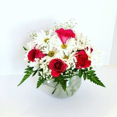 Daisies and pink roses. Flower bowl arrangement